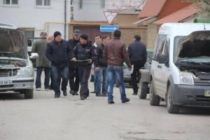 Водители стоят в очереди, чтобы поменять автономера