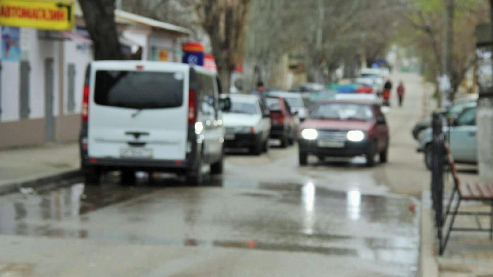 Крымские водители стоят в многодневных очередях, чтобы поменять номера на авто