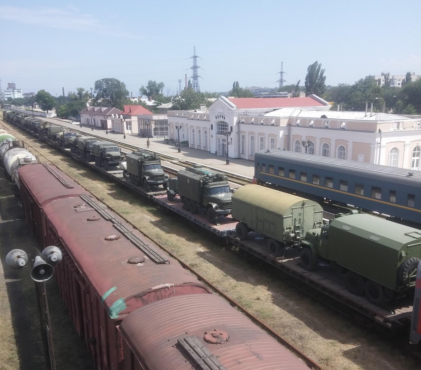 Поезд с военной техникой