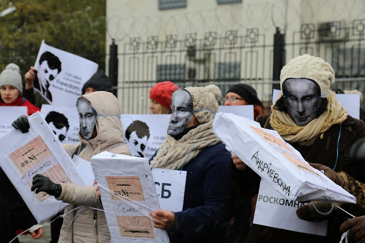 *На акции протеста у посольства РФ в Киеве требовали закрыть дела против украинских журналистов