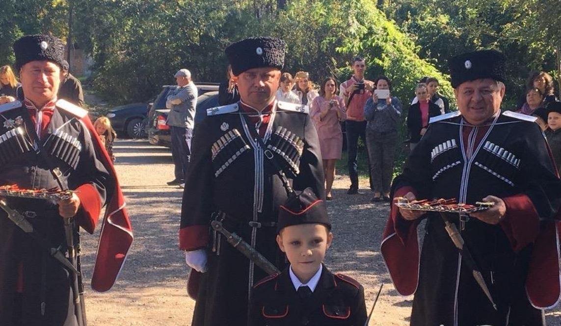 Школьники в Керчи приняли присягу казаков и отряда друзей ФСБ