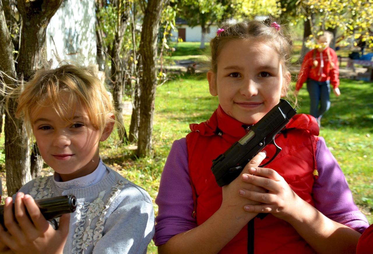 Россия привлекает силовиков для обучения детей стрельбе из оружия в Крыму