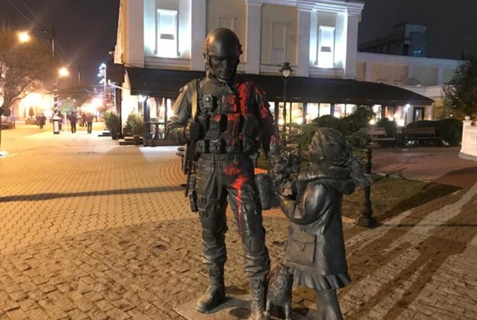 Облившего краской памятник «зеленым человечкам» жителя Симферополя заключили под стражу