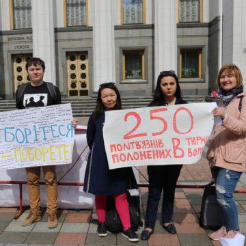Родственники политзаключенных и правозащитники призвали депутатов защитить заложников Кремля