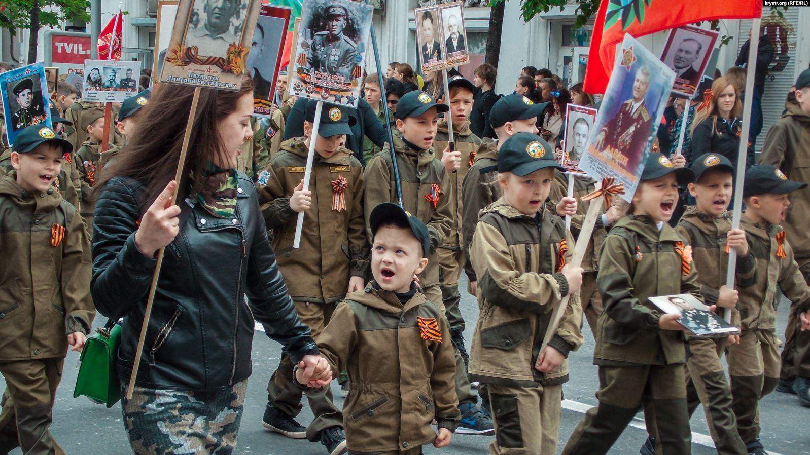 Росія використовує травневі свята для мілітаризації дітей у Криму