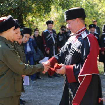 Крымские казаки принимают участие в призывной кампании и пропаганде службы в армии РФ среди детей