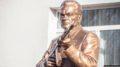 «Детей учат ненавидеть и убивать»: зачем в крымской школе установили памятник Калашникову