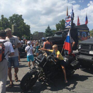 У Севастополі провели військовий парад  з брутальними порушеннями протиепідеміологічних норм, – світлини