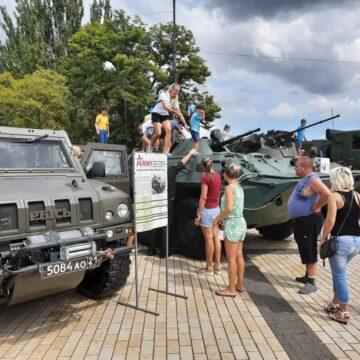 В центре Керчи, несмотря на пандемию, пропагандируют службу в российской армии (фото)
