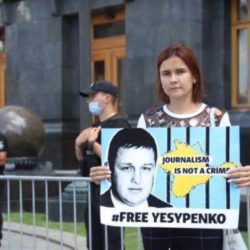 Дружина Єсипенка провела одиночний пікет біля Офісу президента: Зеленський до неї не вийшов